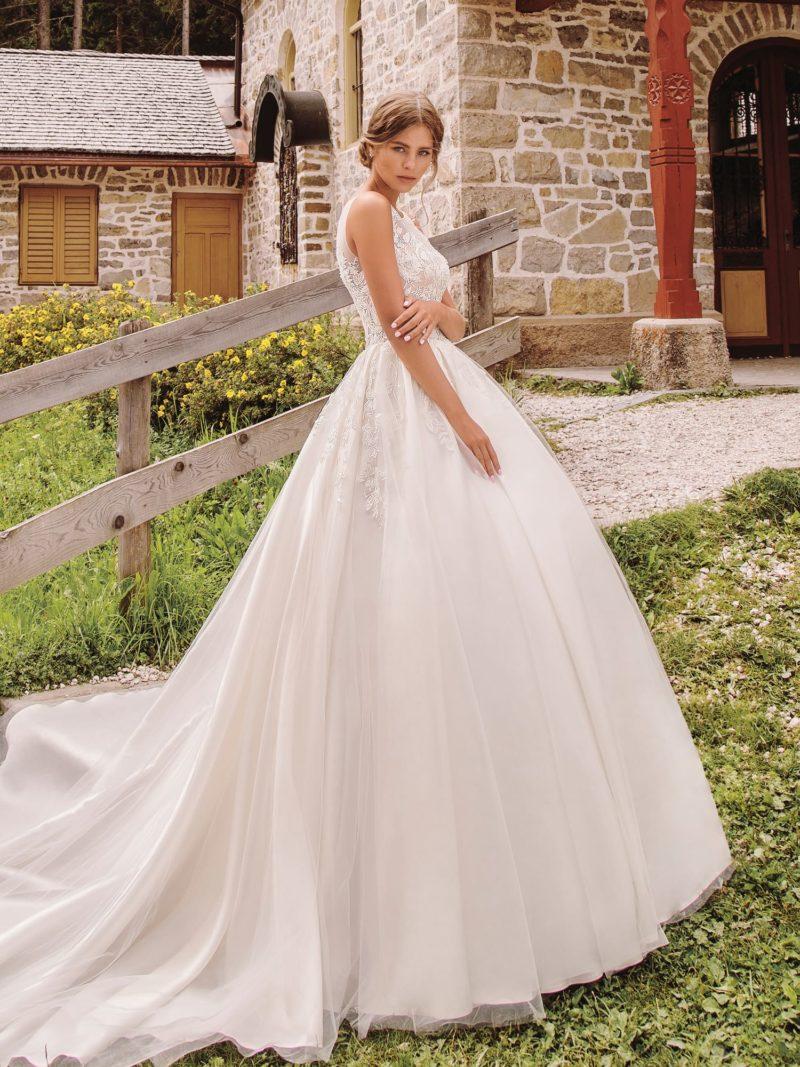 Свадебное платье с приталенным силуэтом и пышным низом