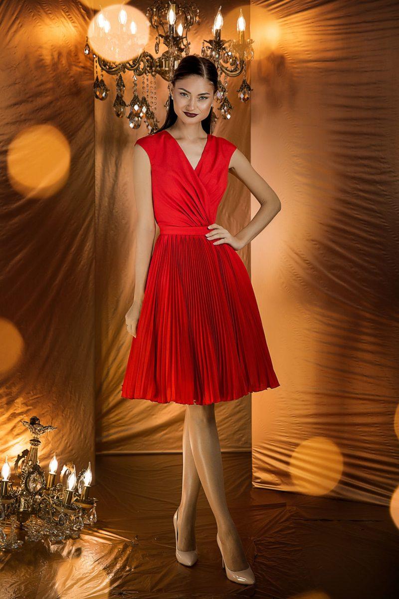Яркое вечернее платье алого цвета длиной до колен