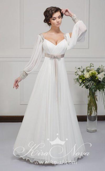 Оригинальное свадебное платье с широкими рукавами и атласным цветным поясом с бантом.