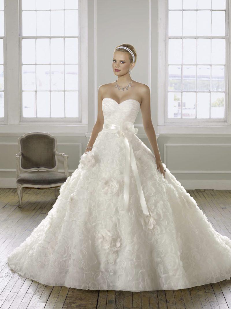 Пышное свадебное платье с открытым лифом в форме сердца и атласным поясом.