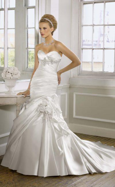 Атласное свадебное платье силуэта «русалка» с длинным шлейфом и лифом в форме сердца.