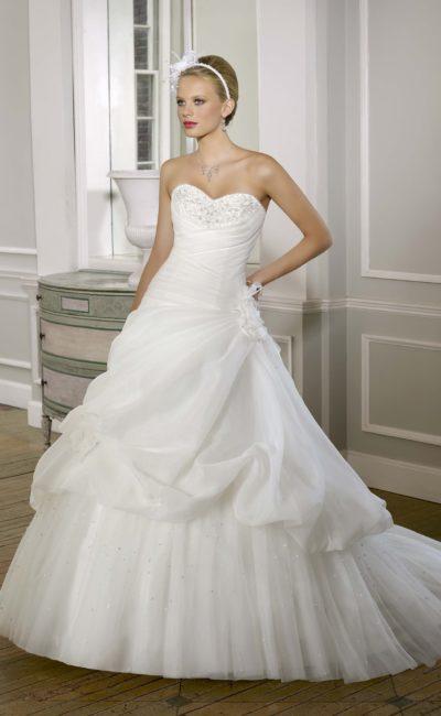 Романтичное свадебное платье «принцесса» с открытым лифом, украшенным бисером.