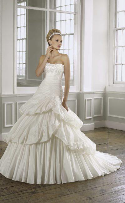 Пышное свадебное платье с открытым лифом с вышивкой и оборками по подолу.
