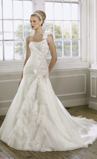 Элегантное свадебное платье с пышной отделкой бретели и бисерной вышивкой на корсете.
