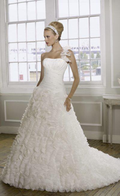 Романтичное свадебное платье с пышной юбкой, покрытой полупрозрачными оборками.