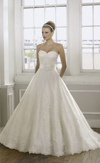 Открытое свадебное платье «принцесса» с кружевным декором и широким поясом из атласа.
