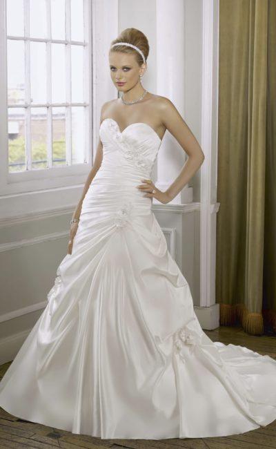 Атласное свадебное платье «принцесса» с изящным декором и лифом в форме сердца.