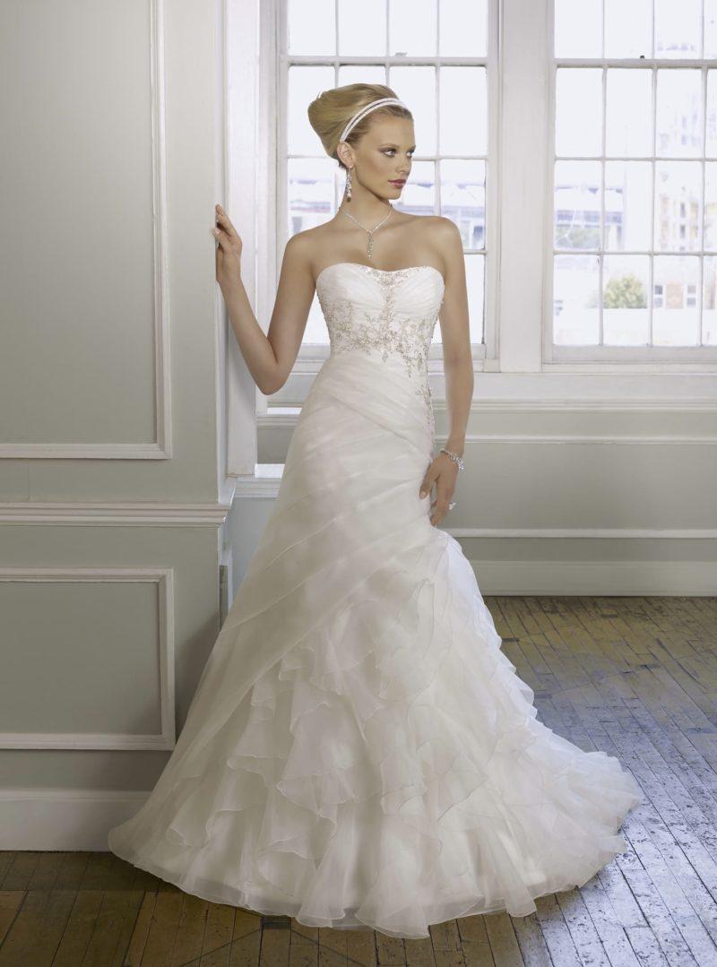 Открытое свадебное платье с великолепными оборками по юбке с небольшим шлейфом.