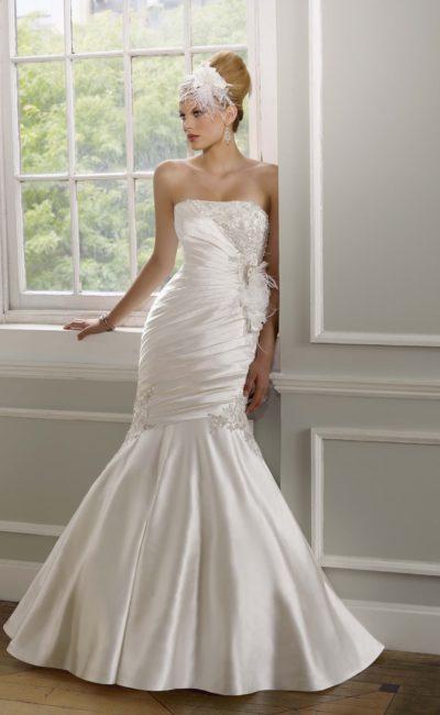 Атласное свадебное платье кроя «русалка» с открытым лифом и отделкой драпировками.