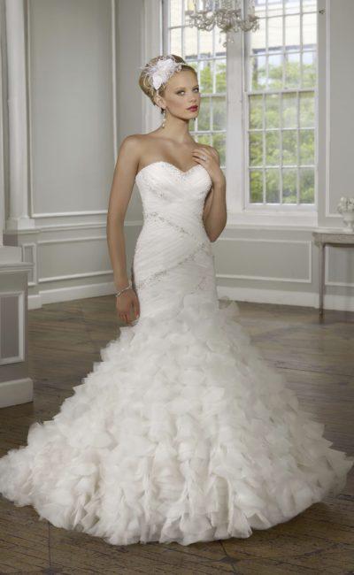 Чувственное свадебное платье «рыбка» с открытым декольте и драпировками на корсете.