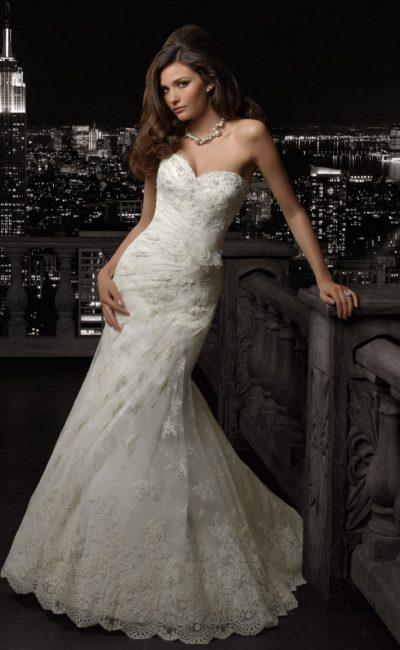Кружевное свадебное платье «русалка» со шлейфом и лифом в форме сердечка.
