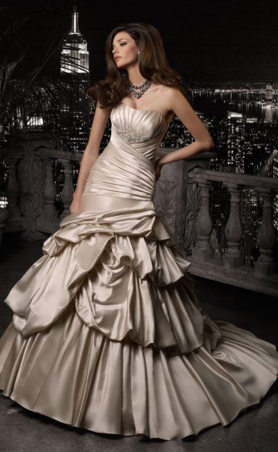 Золотистое свадебное платье из атласной ткани с пышной юбкой и декором из драпировок.