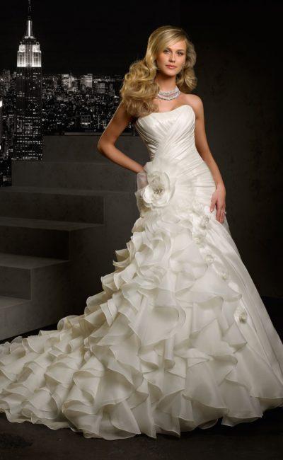 Открытое свадебное платье «рыбка» с воздушными оборками по подолу и бутоном сбоку на талии.