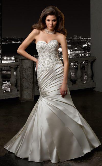 Изысканное свадебное платье «русалка» с атласными драпировками на юбке и открытым лифом.