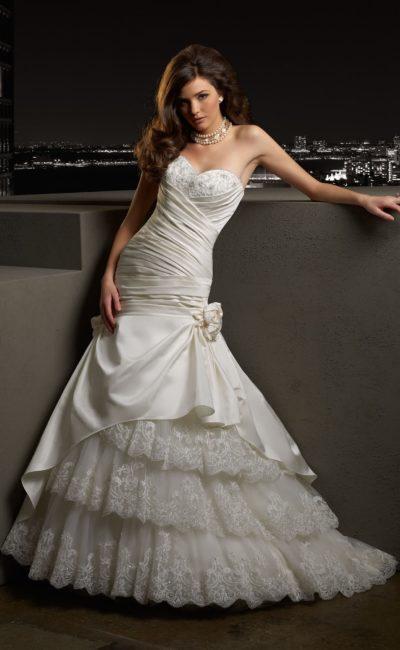 Кокетливое свадебное платье «русалка» с многоярусной юбкой и атласными драпировками.
