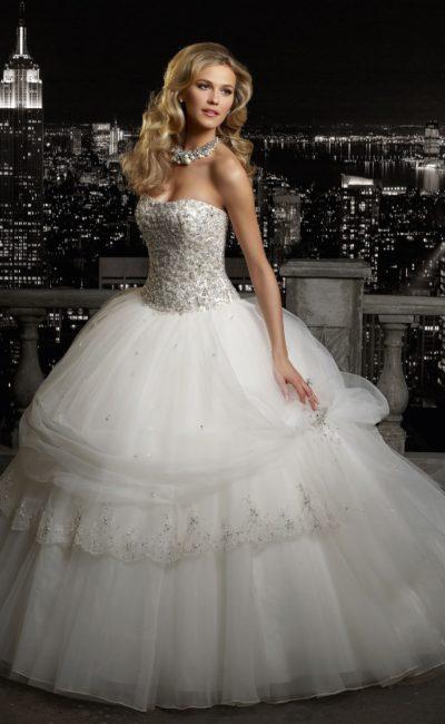 Очаровательное свадебное платье пышного кроя с роскошным корсетом, покрытым бисером.