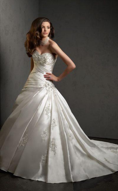 Торжественное свадебное платье из глянцевого атласа, с открытым лифом и вышивкой.