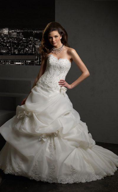 Оригинальное свадебное платье с пышной отделкой юбки и фактурным корсетом.