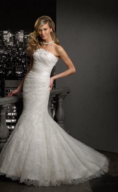 Нежное свадебное платье с кружевной отделкой по всей длине и юбкой силуэта «рыбка».