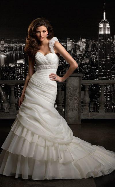 Великолепное свадебное платье «рыбка» с объемной бретелью и сложным декором.