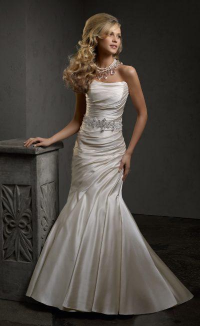 Элегантное свадебное платье из атласной ткани, с изящным лифом и юбкой «рыбка».