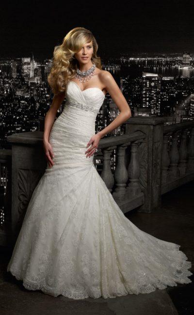 Открытое свадебное платье с лифом в форме сердца, сияющим поясом и небольшим шлейфом.