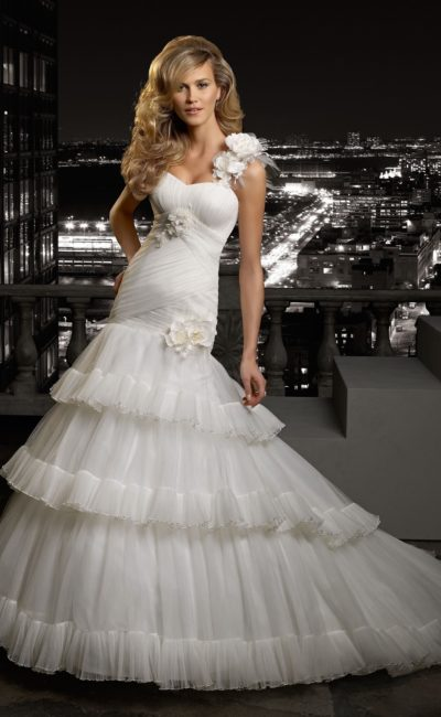 Свадебное платье «рыбка» с многоярусной юбкой и асимметричным открытым верхом.