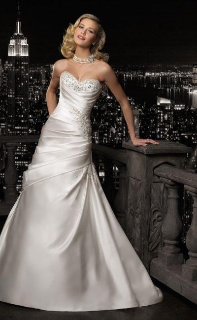 Атласное свадебное платье с бисерной вышивкой на лифе и отделкой драпировками.