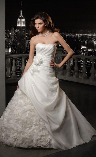 Драматичное свадебное платье «принцесса» с открытым лифом и бутонами по подолу.