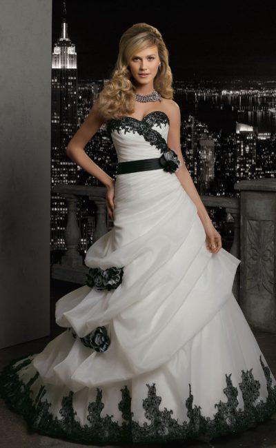 Романтичное свадебное платье «принцесса» с оборками по подолу и кружевным декором.