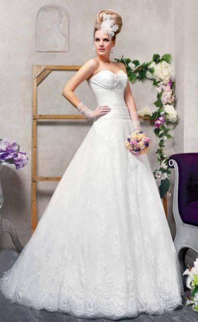 Свадебное платье «принцесса» с классическим корсетом и кружевной отделкой подола.