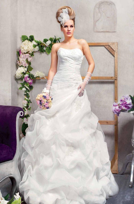 Великолепное свадебное платье «рыбка» с пышными оборками по юбке и открытым корсетом.