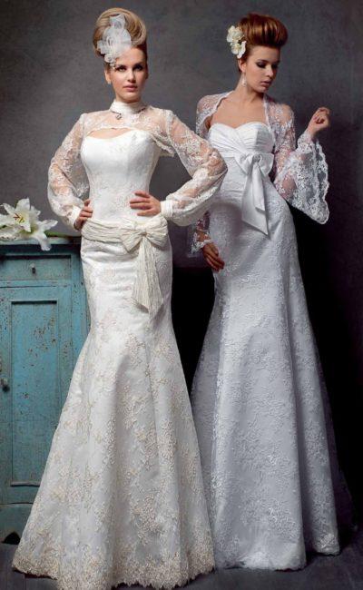 Облегающее свадебное платье с оригинальными кружевными рукавами и высоким воротником.