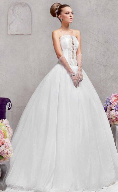 Пышное свадебное платье с оригинальным вырезом со шнуровкой на корсете с прямым лифом.
