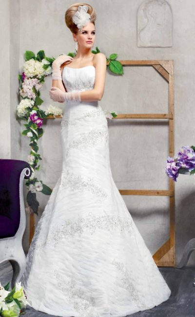 Открытое свадебное платье с лаконичным кроем лифа и соблазнительной юбкой «русалка».