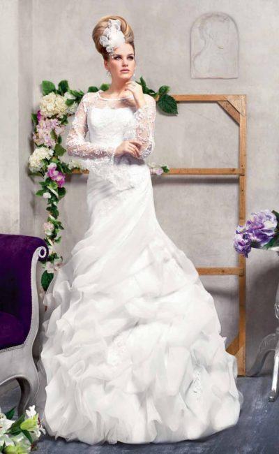 Закрытое свадебное платье с длинными кружевными рукавами и пышными оборками по низу юбки.