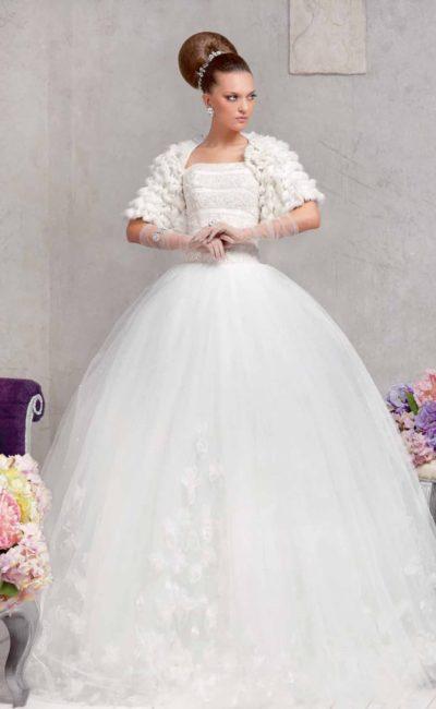Роскошное свадебное платье пышного кроя с открытым лифом прямого кроя и болеро из меха.