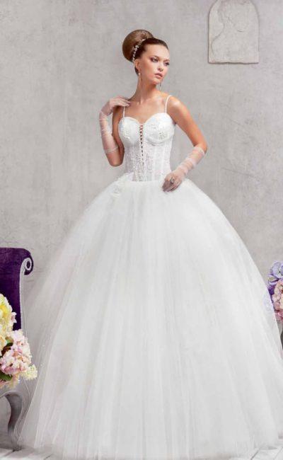 Оригинальное свадебное платье пышного кроя с глубоким декольте, покрытым шнуровкой.