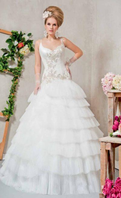 Величественное свадебное платье с пышными оборками и роскошной вышивкой по открытому верху.