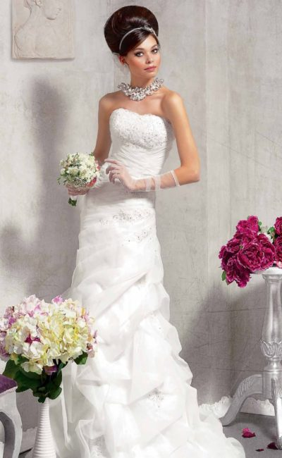 Прямое свадебное платье с драпировками по юбке и бисерной вышивкой на открытом лифе.