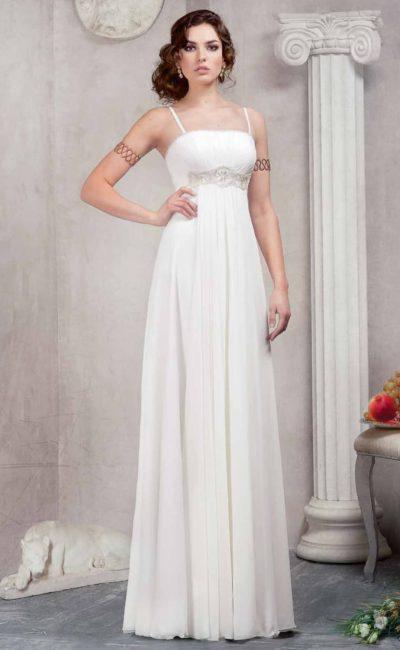 Ампирное свадебное платье с прямым лифом, дополненным узкими бретелями и вышивкой снизу.