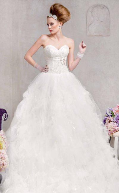 Стильное свадебное платье с воздушной многослойной юбкой и атласным поясом под лифом.