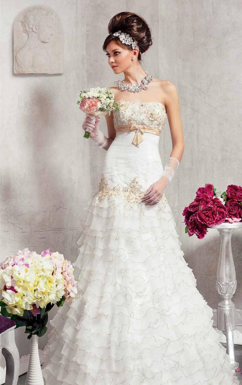 Свадебное платье «рыбка» с открытым лифом, декорированное атласным поясом золотого цвета.