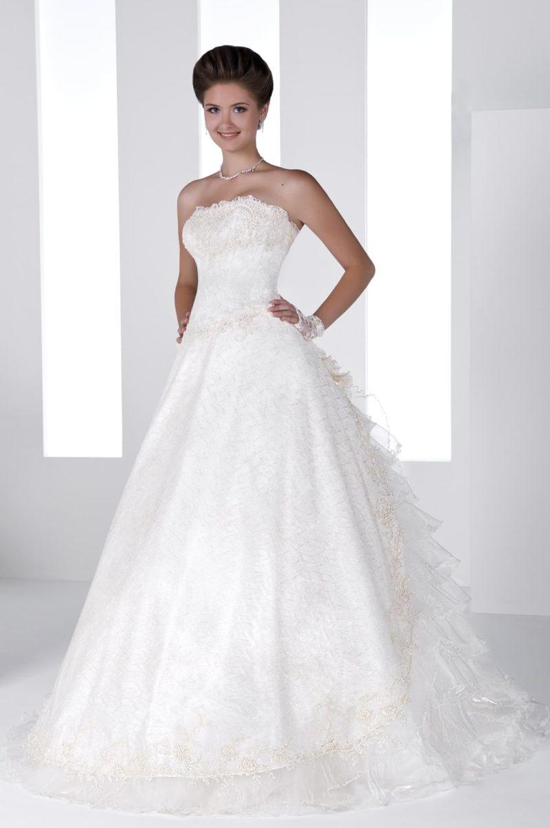 Торжественное свадебное платье «принцесса» с многослойным пышным шлейфом и фактурным декором.