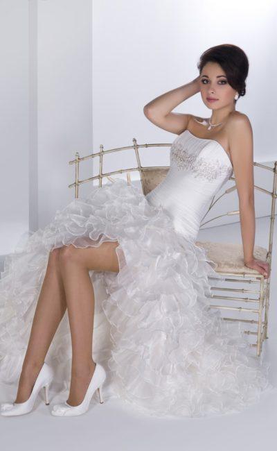 Открытое свадебное платье с атласным корсетом и юбкой, покрытой полупрозрачными оборками.