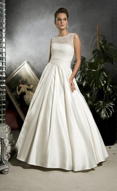 Свадебное платье из атласной ткани, с пышной юбкой и открытой небольшим вырезом спинкой.