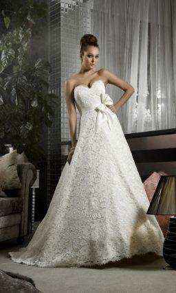 Фактурное свадебное платье с лифом в форме сердца и романтичным поясом, украшенным бантом.