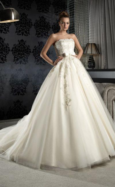 Роскошное свадебное платье с пышной юбкой со шлейфом и с фактурным декором по корсету.