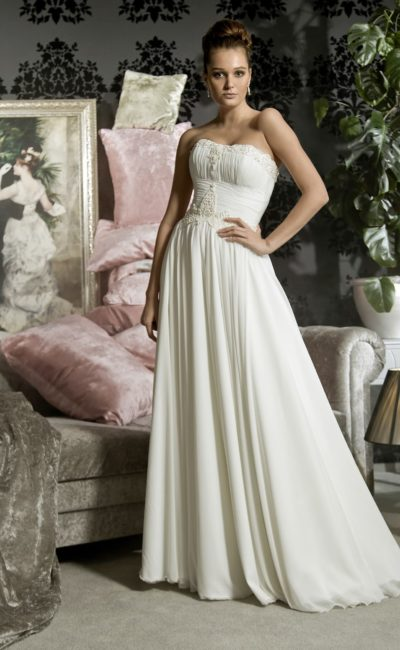 Деликатное свадебное платье прямого кроя с драпировками и лаконичным открытым лифом.