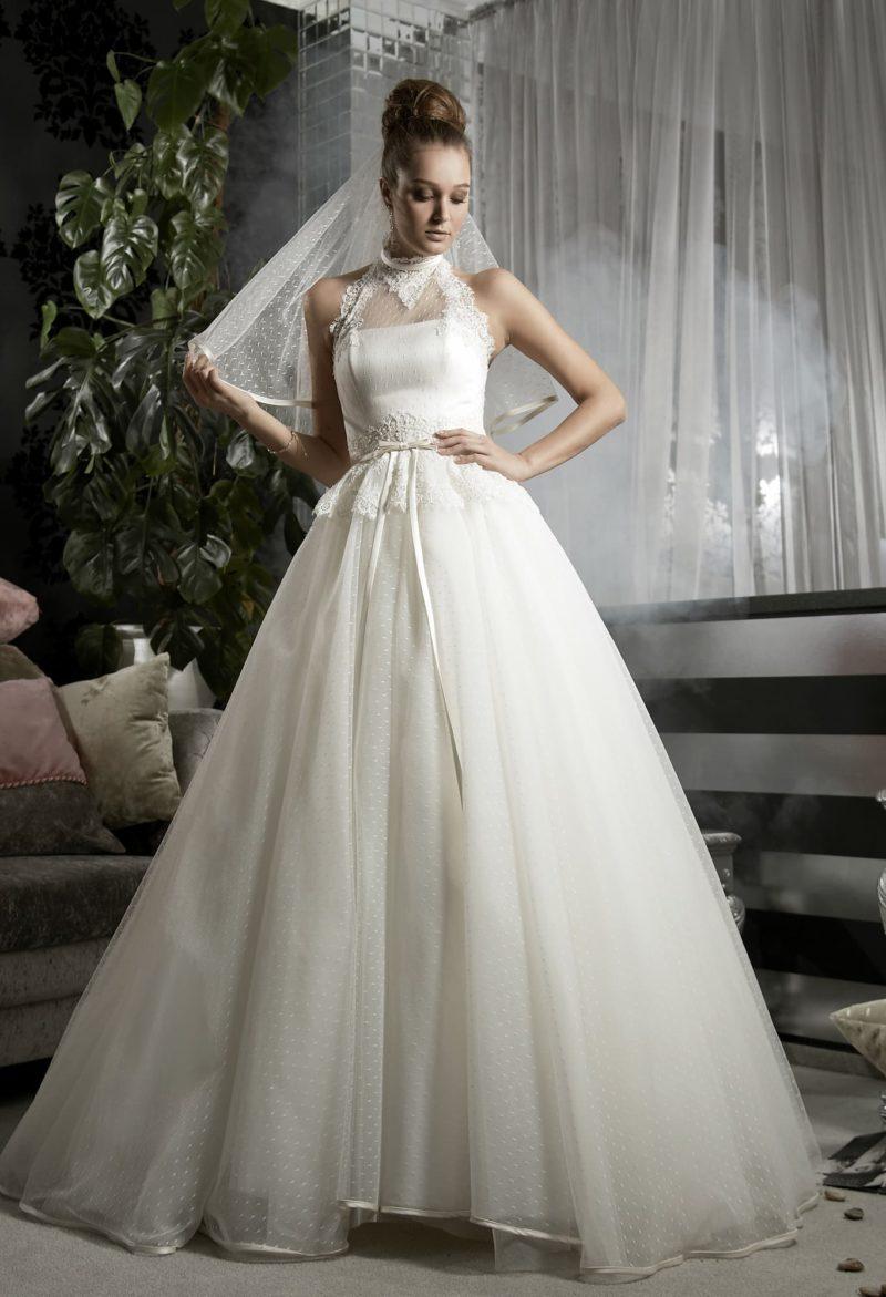 Пышное свадебное платье с кружевным верхом «американская пройма» и узким поясом на талии.